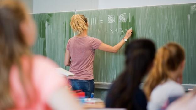 Lehrpersonen von Brückenangeboten sollen ihren Lohn nicht mehr vom Kanton erhalten.