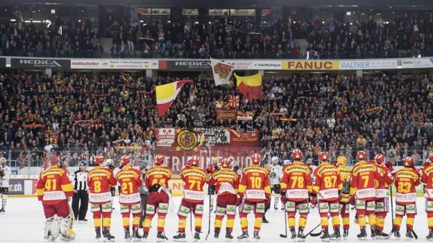 EHC Biel-Spieler im Stadion vor Fans