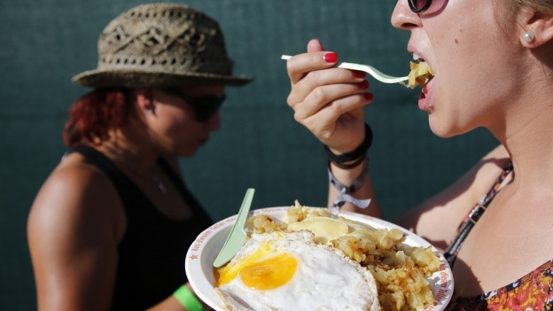 Leute essen Rösti am Gurtenfestival