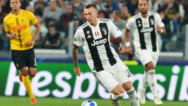 Juventus-Spieler am Ball, YB-Spieler im Hintergrund