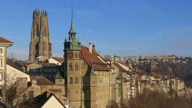 Blick auf Kathedrale und Rathaus in Freiburg.