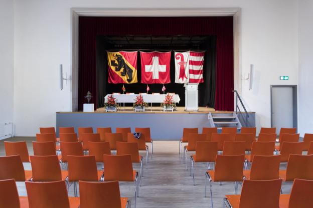 Fahnen des Kantons Bern, der Schweiz und des Kantons Jura.