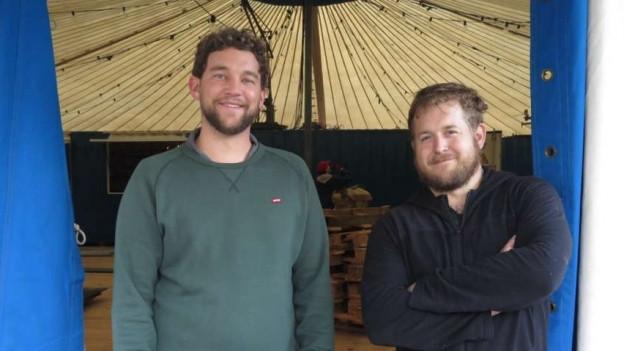 Christoph Ries und Kevin Liechti am Zelteingang.