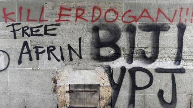 «Free Afrin»: Während der Kundgebung kam es auch zu Sachbeschädigungen wie Sprayereien.