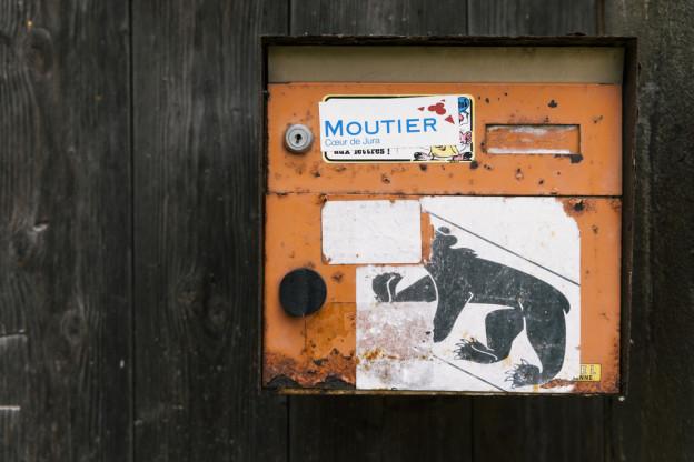 Ein Briefkasten mit einem Berner Wappen und einem Moutier-Aufkleber.