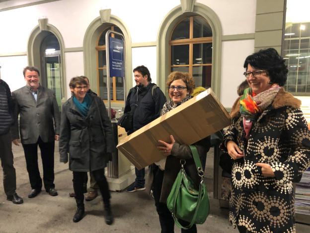 Die Delegation macht sich am Bahnhof Brig auf nach Bern.