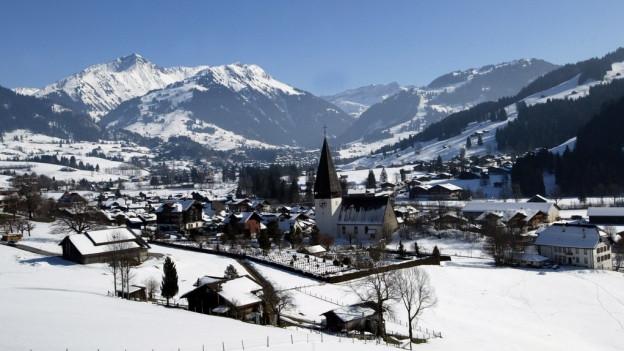 Die Kirche Saanen, Gstaad im Hintergrund
