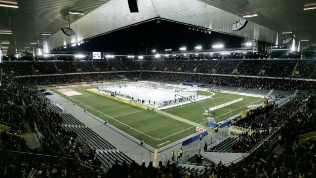 Das Tatzenderby findet im Fussballstadion statt.