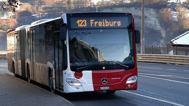 «Freiburg» war einmal – seit dem Fahrplanwechsel fährt der Bus nach «Fribourg, gare routière».