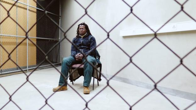 Politik im Theater – Flüchtling hinter Gittern
