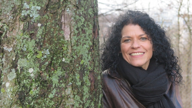 Portrait Frau mit schwarzen Haaren