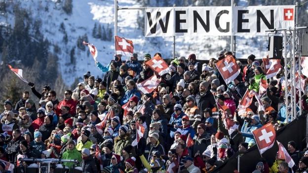 Zuschauertribüne, im Hintergrund Plakat mit Aufschrift «Wengen»