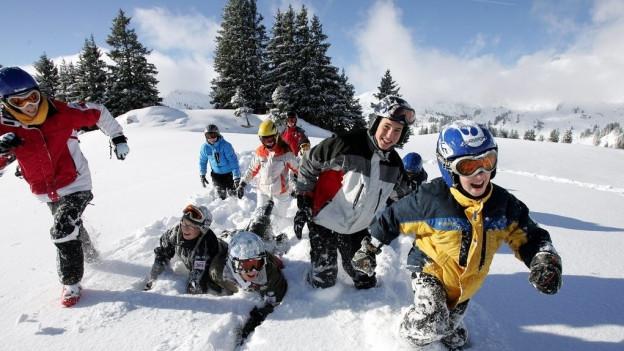 Im Kanton Freiburg sollen die Gemeinden die Skilager bezahlen.