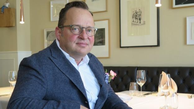 Lorenz Furrer im büroeigenen Restaurant. Hier empfängt er Entscheidungsträger.