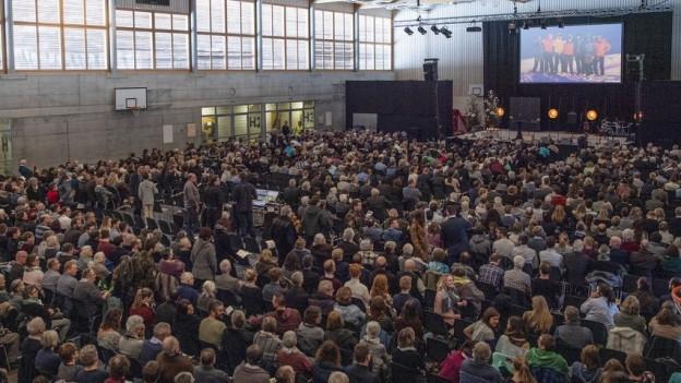 Wegen der vielen Trauergäste fand die Abdankung in die Frutiger Wydi-Halle statt.