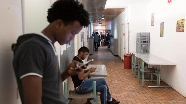 Junge Männer in einer Asylunterkunft