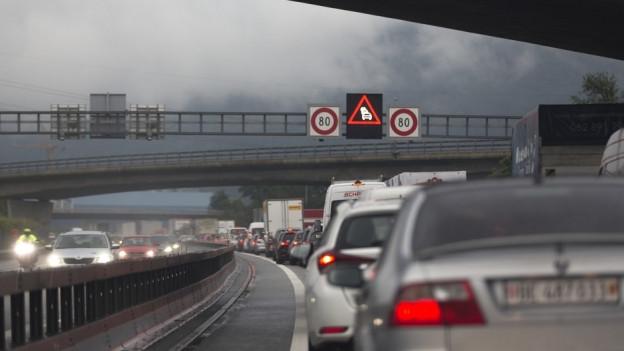 Mit höheren Motorfahrzeugsteuern die Einkommenssteuern senken, so der Vorschlag.