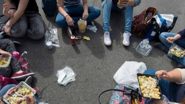 Mittagessen in Plastik und Karton: Wer bezahlt künftig für die Entsorgung?