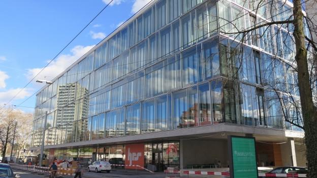 Ein grosses Gebäude mit Glasfassade.
