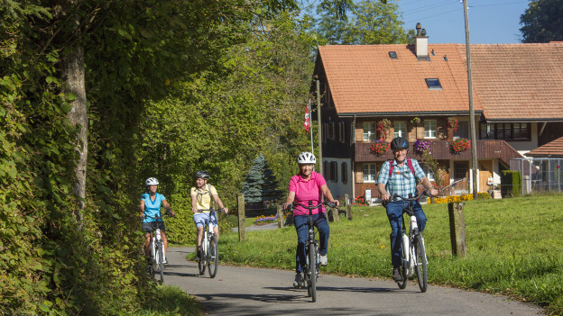 Besucherinnen und Besucher können E-Bikes mieten und durch 14 Freiburger und drei Berner Gemeinden Radeln.