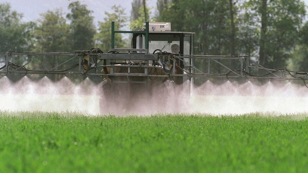 Maschine versprüht Pflanzenschutzmittel