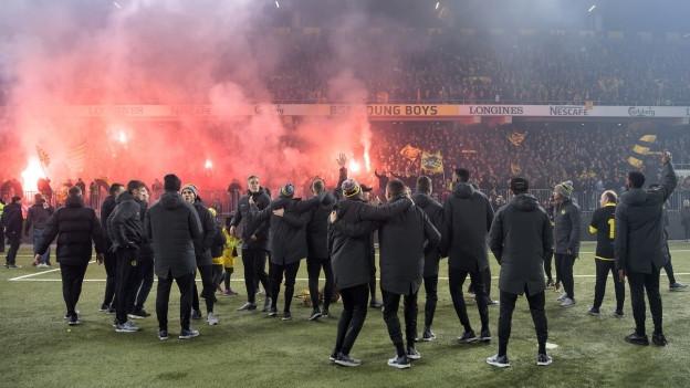Fans und YB-Spieler im Stade de Suisse, Feuerwerk