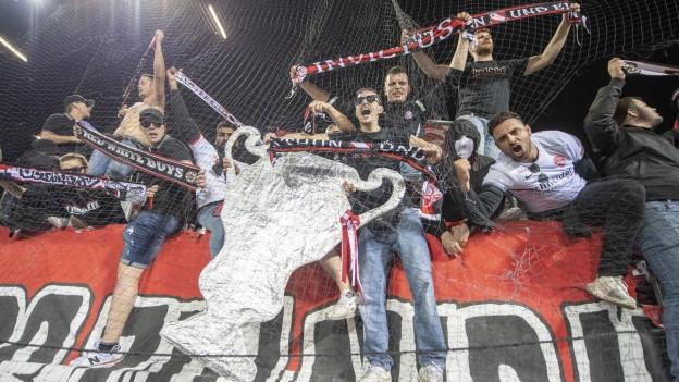 Die Thuner Fans feiern den Sieg in Luzern.