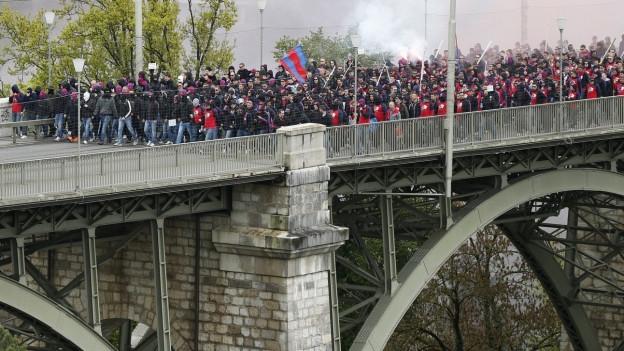 Basler Fans auf der Kornhausbrücke