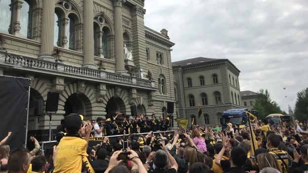 Die Fans feierten ihre Mannschaft auf dem Bundesplatz.