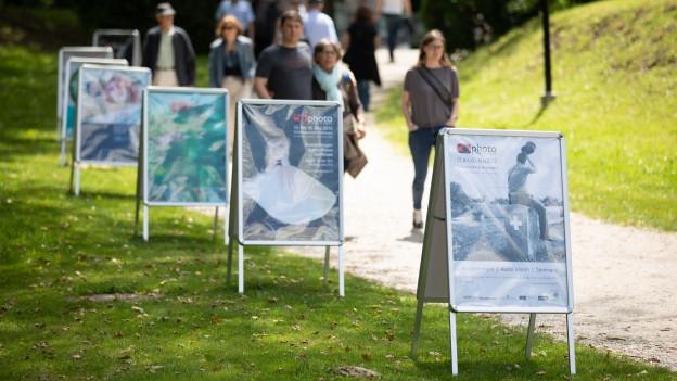 Plakate der Photo Münsingen, im Hintergrund BesucherInnen