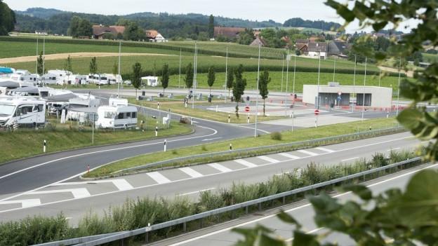 2017 standen die Fahrenden noch auf einer Wiese neben dem Rastplatz – heuer sind sie auf dem Rastplatz selber.