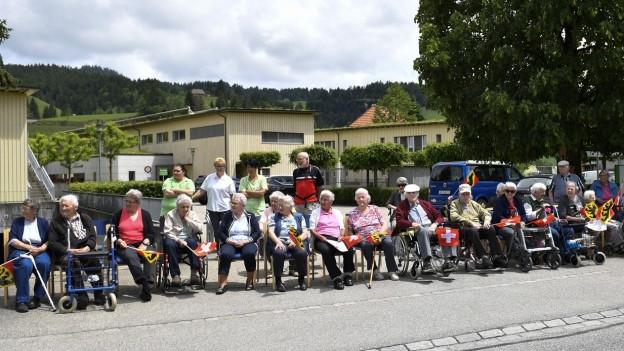 Sie warteten auf die Tour de Suisse – und schon bald auch auf die Trachtengruppen?