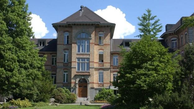 Gebäude des Psychiatriezentrums Münsingen von aussen