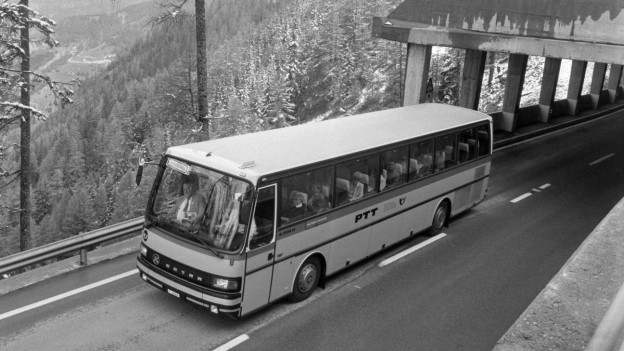 Ein Postauto unterwegs auf dem Simplonpass im Kanton Wallis, aufgenommen im Juni 1992.