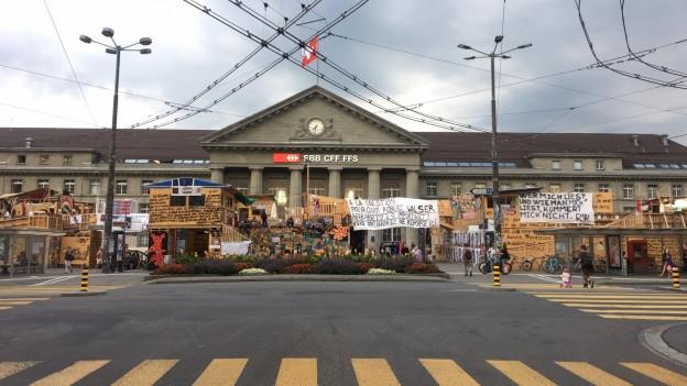 86 Tage lang ist die Walser-Skulptur auf dem Bahnhofplatz ein Spiel- und Tummelplatz