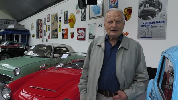 Unternehmer Reinhard Schmidlin in seiner Oldtimer-Galerie in Toffen.