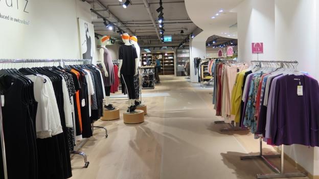 Auf dem Bild ist ein Kleiderladen ohne Kunden zu sehen.