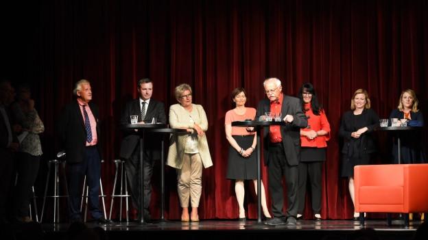 Auf dem Foto sind die sieben Kandidatinnen und Kandidaten auf der Bühne des Podiums zu den Ständeratswahlen im Kanton Bern zu sehen.
