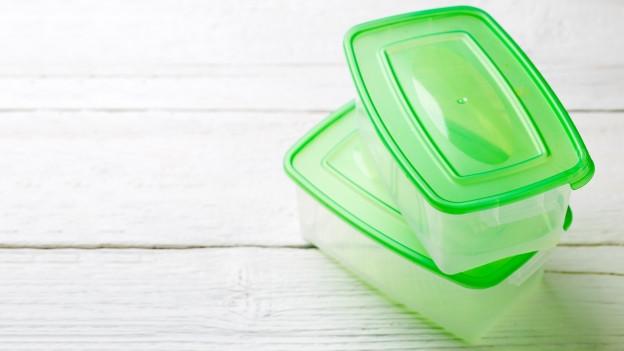 Frischhalteboxen als Lösung: Politikerinnen und Politiker sollen das Essen einpacken.