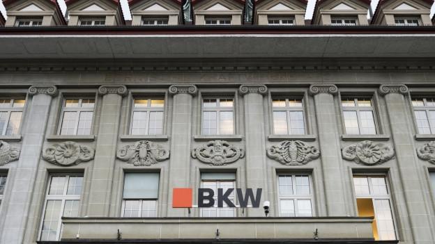 Auf dem Bild ist die Fassade des Hauptstandorts der BKW am Berner Viktoriaplatz zu sehen.