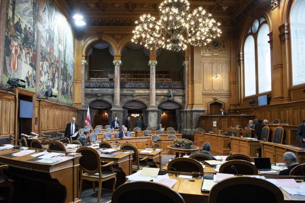 Auf dem Bild ist der Ständeratssaal zu sehen. Die meisten Stühle sind unbesetzt.