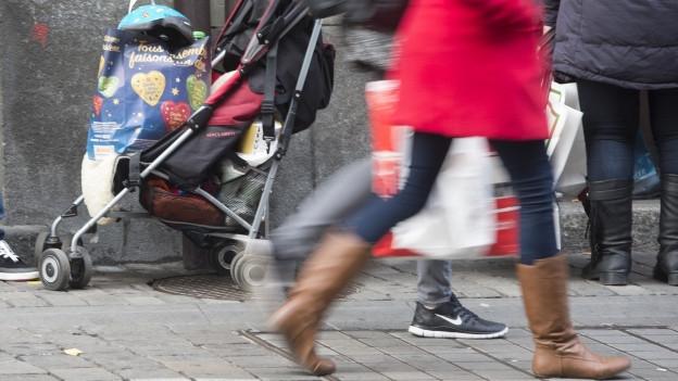 Menschen sind mit Einkaufstüten in der Stadt unterwegs