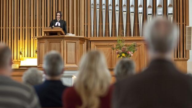 Den Berner Kirchen fehlen die Pfarrerinnen und Pfarrer.