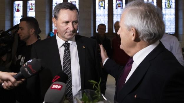 Werner Salzmann und Hans Stöckli im Rathaus.
