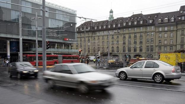 Autos auf dem Berner Bahnhofsplatz.