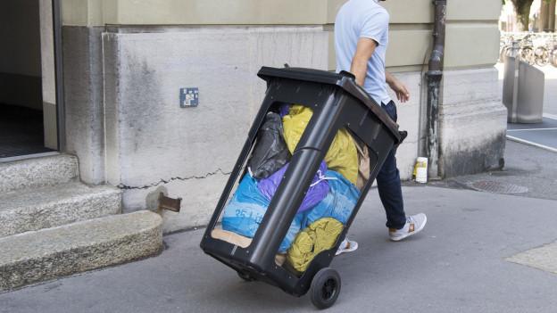 Abfallcontainer mit farbigen Abfallsäcken