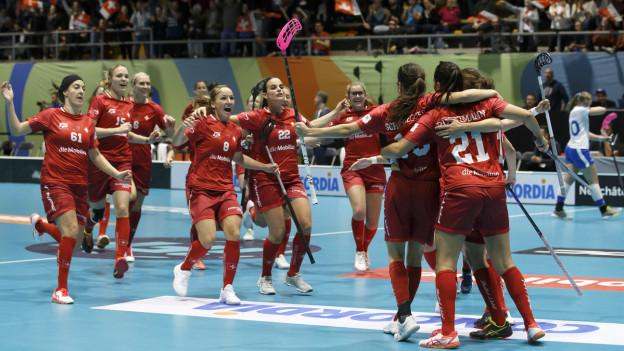 Team der Schweizer Unihockey-Frauen feiert einen Sieg an der WM 2019.