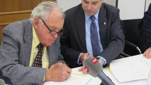 Mit dieser Unterschrift spendet Hansjörg Wyss 100 Millionen Franken