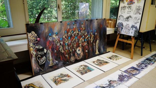Auf dem Foto ist ein Bild mit handgezeichneten bunten Figuren zu sehen.