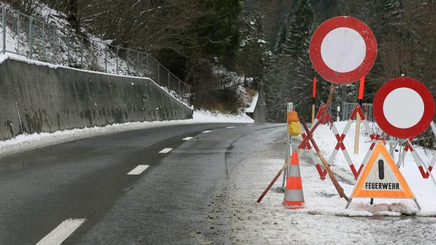 Zwei Strassen sind wegen Erdrutschen gesperrt.